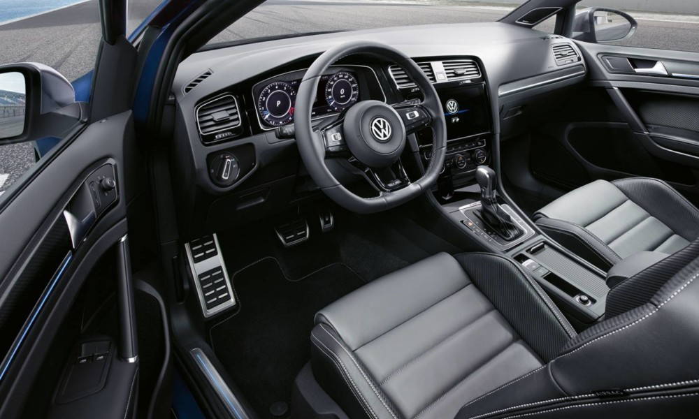 Cadru ilustrativ din interiorul mașinii VW Golf R