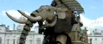 Elefant mecanic pe strazile Londrei