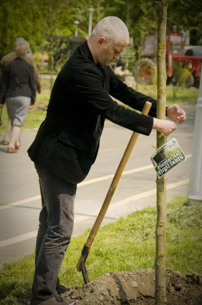 virgil iantu la plantat copaci in parcul tineretului