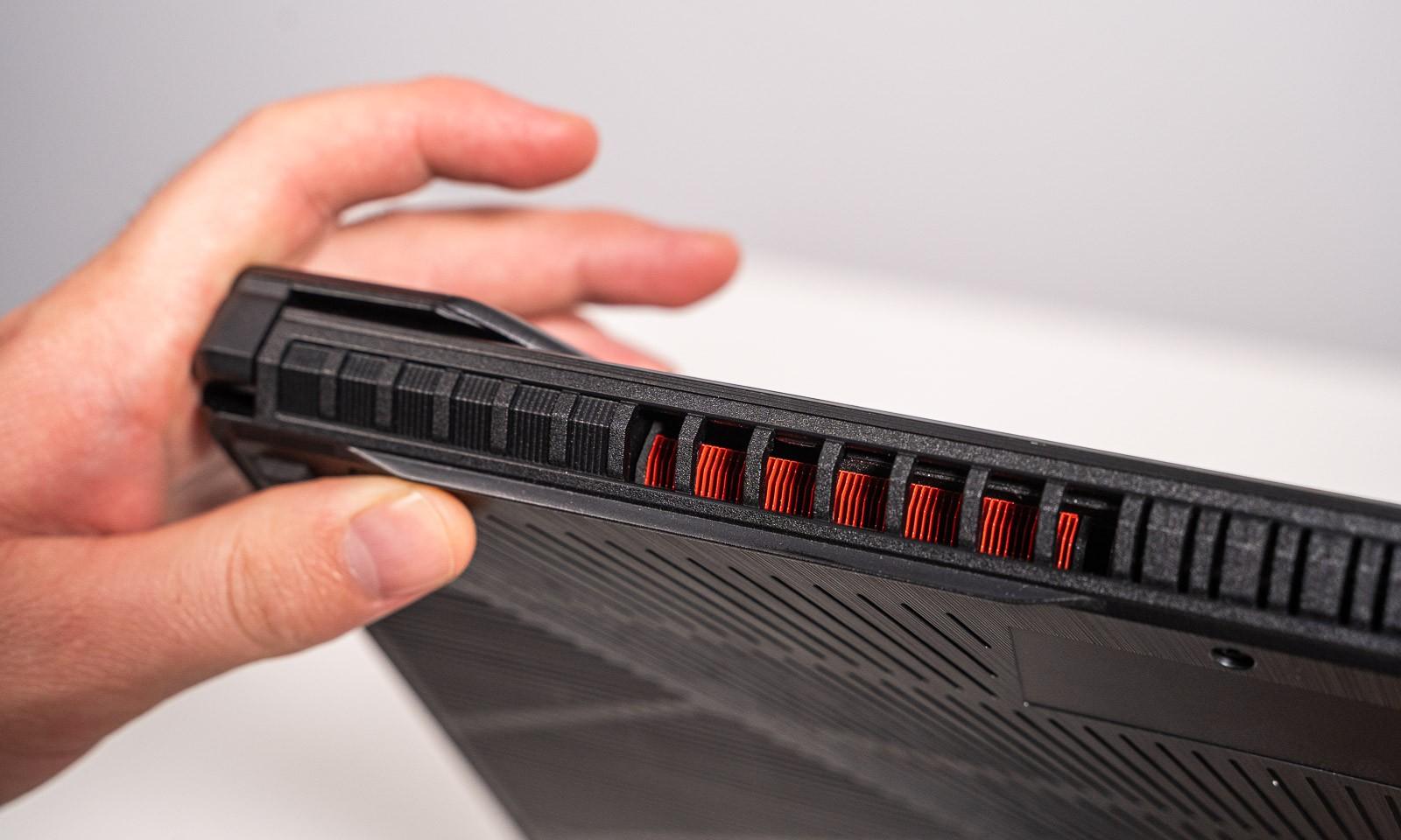 Radiatoarele vizibile prin grilele lui Laptop de gaming ASUS TUF Gaming FX705DU