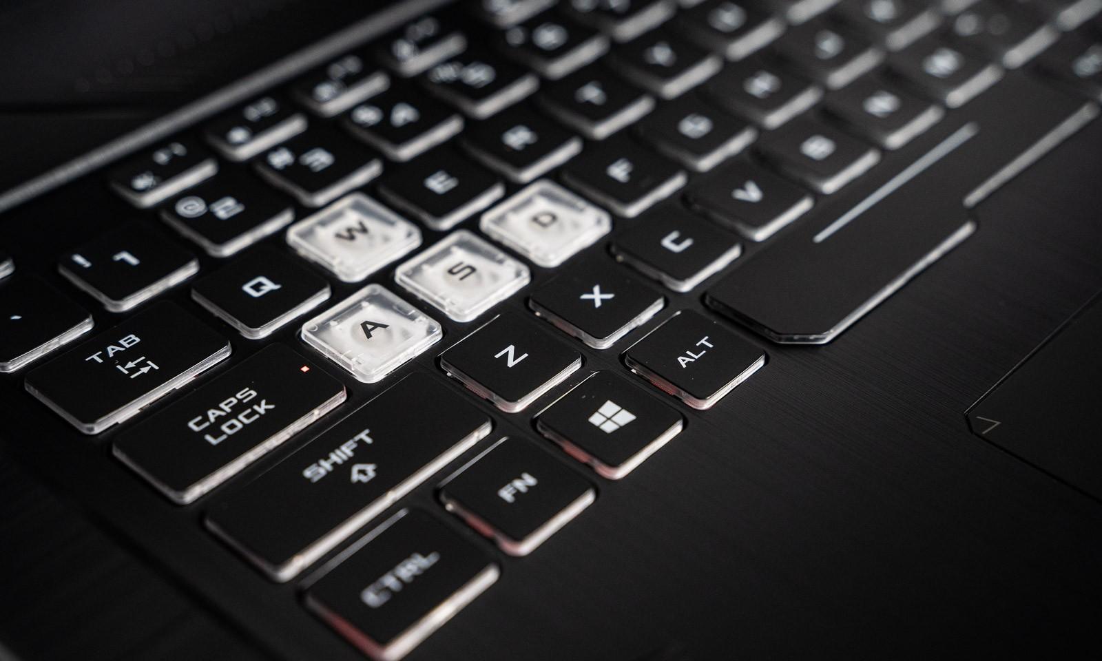 Tastele WASD sunt transparente pe tastatura lui TUF Gaming FX705DU