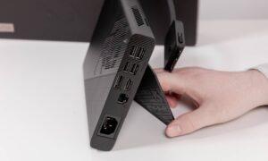 XG Mobile stă vertical cu ajutorului unui stand rabatabil