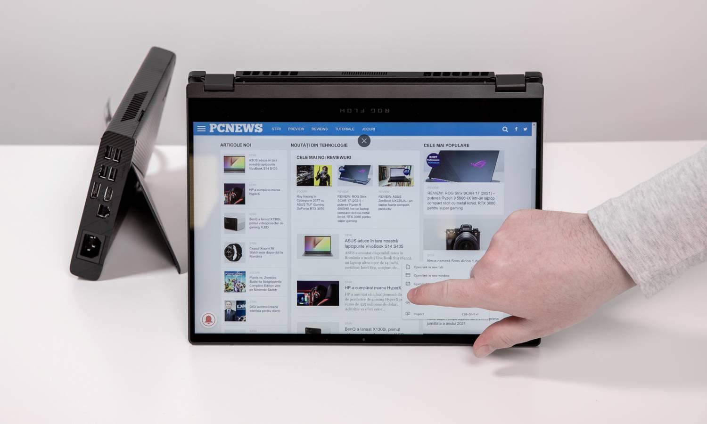 Laptopul ROG Flow X13 pus în poziție cort pentru folosirea touchscreenului