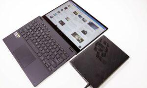 Laptopul ROG Flow X13 cu ecranul deschis la 180 grade și XG Mobile