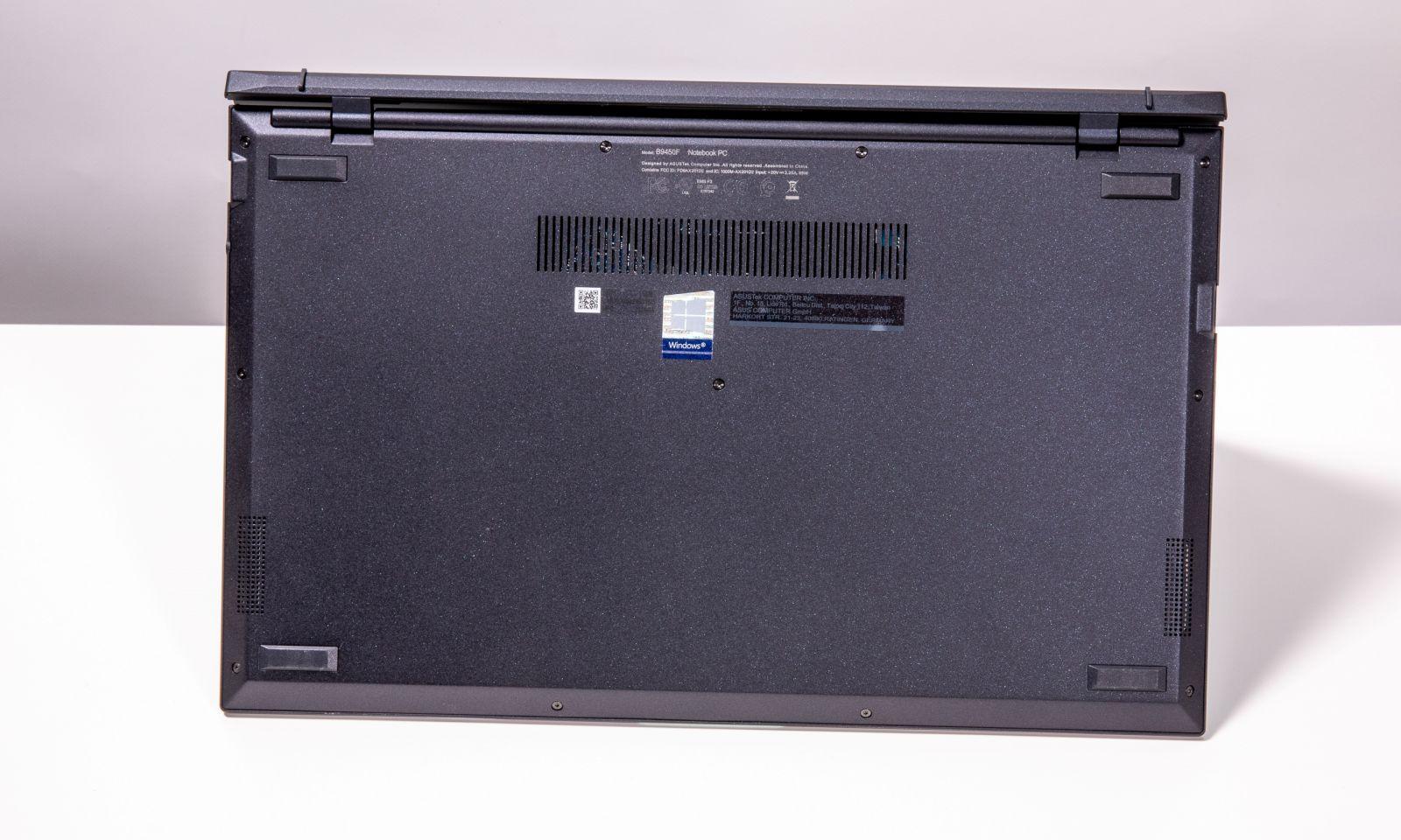 Spatele laptopului business ASUS ExpertBook B9 B9450