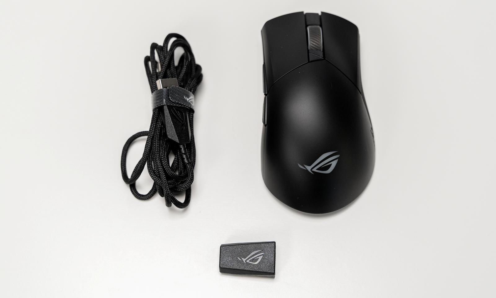 ROG Gladius III Wireless cu cablul Paracord și adaptorul USB