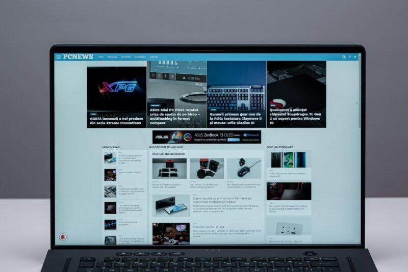 Ecranul și rama superioară ce include o cameră web
